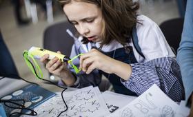 Учасниця STEM Lab навчається працювати з 3D ручкою. Київ, 2018 рік.